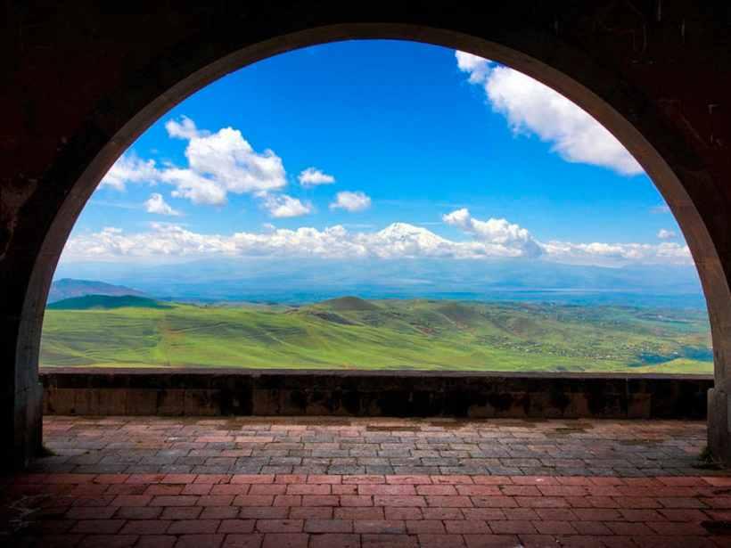 Арка Чаренца по пути к храму Гарни, Армения