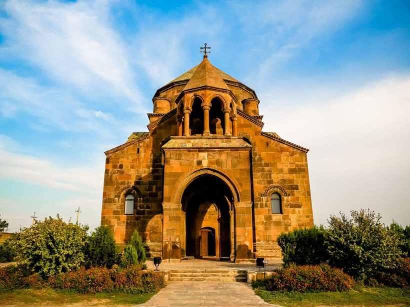 Церковь Святой Рипсимэ – отважная девушка, одна из 27 девушек-проповедниц, которые были вынуждены бежать из Римской империи, и волею судеб оказались в Армении.