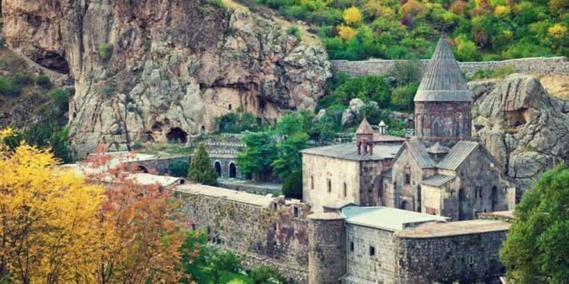 Гегард Монастырь – Одно из красивейших мест Армении – уникальный монастырский комплекс.