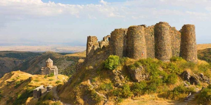 Крепость Амберт – На склоне горы Арагац, всего 40 минут езды от Еревана, раскинулся комплекс Амберд.