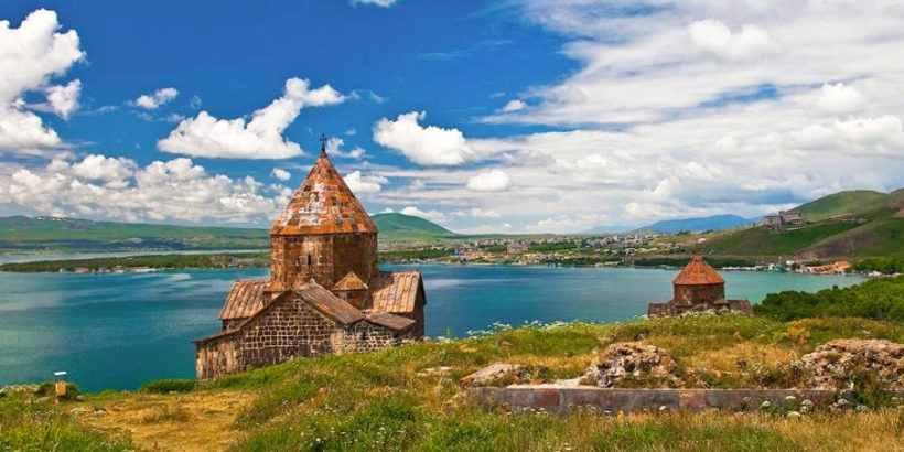 Монастырь Севанаванк -Монастырь расположен на полуострове Ахтамар на озере Севан.