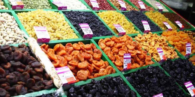 Узбекские сухофрукты курага, чернослив, инжир, финики на рынке