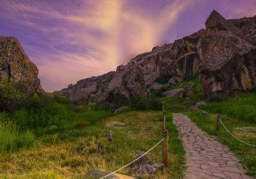 Гобустан - место являлось стоянкой наших пращуров, живших еще в Каменном веке. Именно здесь находятся наскальные рисунки древних людей, которые, как и само это место, занесены в список Всемирного наследия ЮНЕСКО.