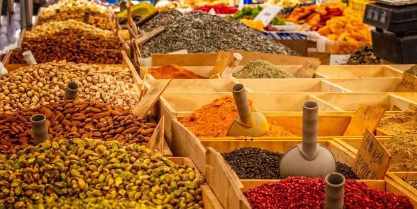 Специи и приправы на рынке в Ташкенте, Узбекистан