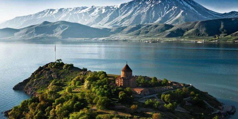 Монастырь Севанаванк на озере Севан, Армения