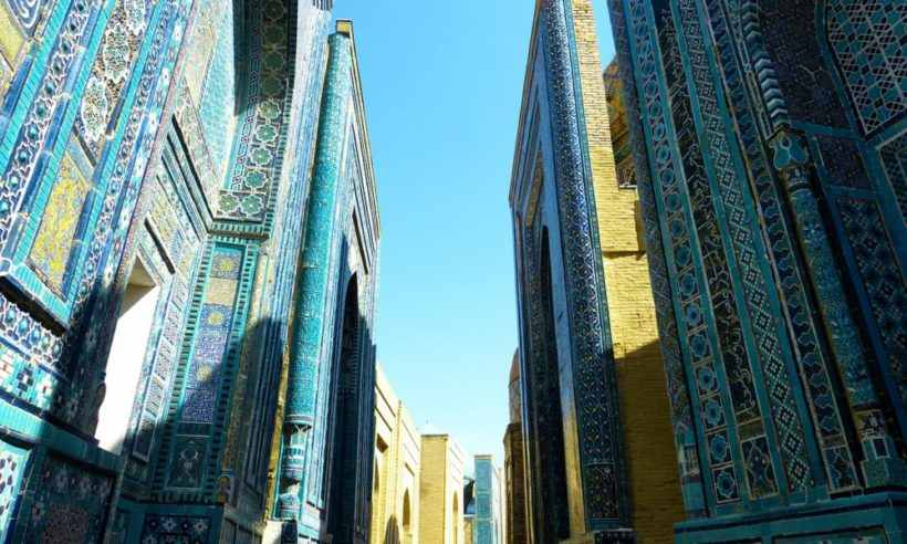 Шахи́ Зинда́ — памятник средневековой архитектуры в Самарканде, Узбекистан